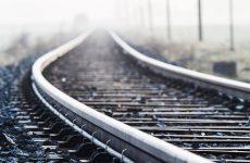 Двое молодых людей разобрали железнодорожные пути и похитили металлические детали